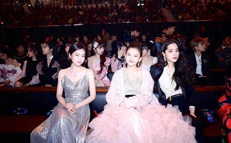 khoanh khac chung khung hinh an tuong cua dan sao trong dem hoi weibo 2019