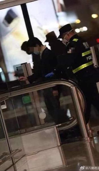 Âu Dương Na Na bị người đàn ông lạ mặt quấy rối tại sân bay