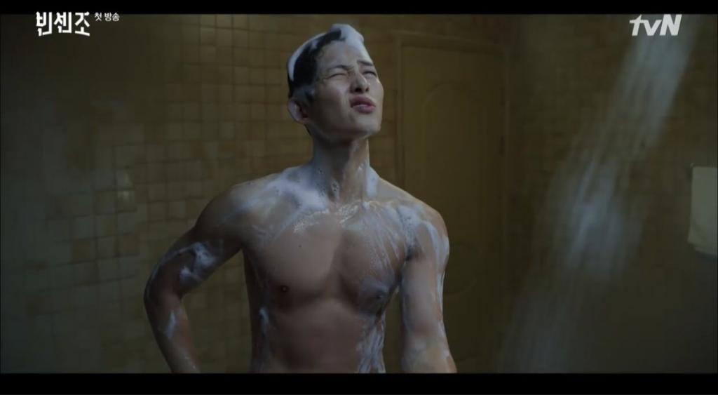 Song Joong Ki bị lột hết đồ, đang tắm thì hết nước trong 'Vincenzo' tập 1