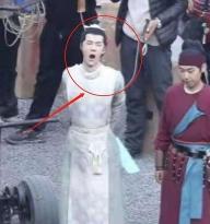 Vương Nhất Bác 'ngáp ngắn ngáp dài' tại phim trường 'Phong khởi Lạc Dương', bị Tống Dật sà vào lòng ôm ấp