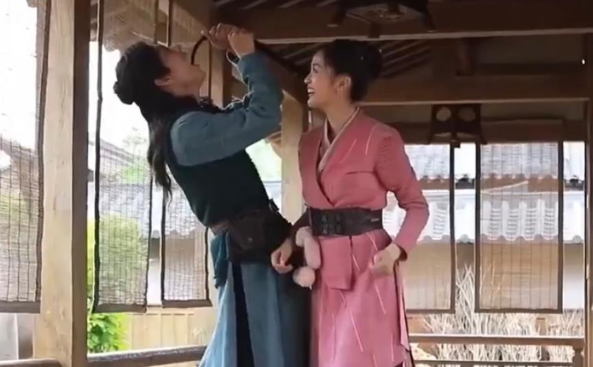 Tiêu Chiến tinh nghịch 'bày trò' chọc cười Ngô Tuyên Nghi tại hậu trường 'Đấu La Đại Lục'