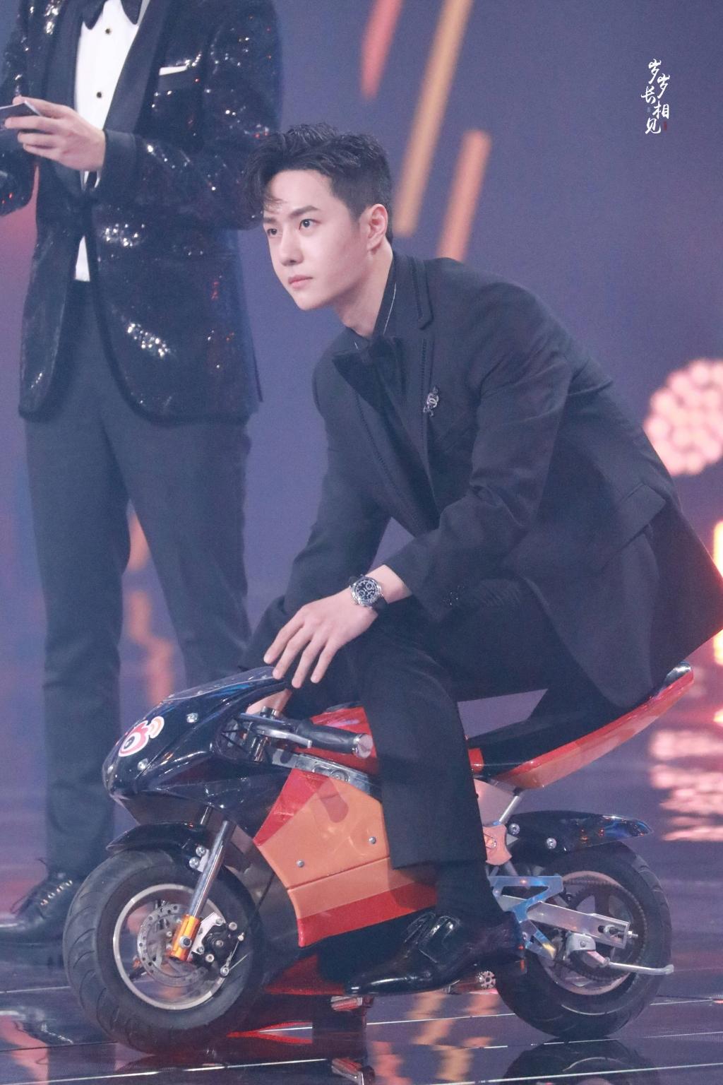 Đêm Weibo 2020: Hoàng Tử Thao và Vương Nhất Bác lái 'siêu xe' lên sân khấu nhận giải