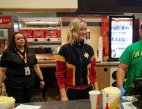 khoe nhu captain marvel brie larson day o to 2 tan nang ta 250 pound