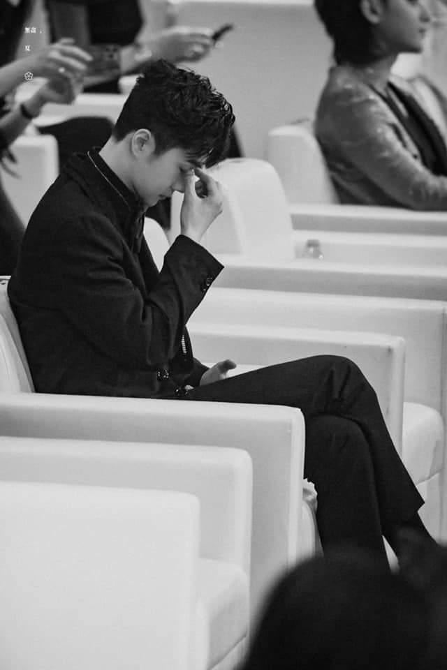 Vương Nhất Bác bị 2 người đàn ông lạ mặt làm phiền ngay tại khán đài Đêm weibo 2020
