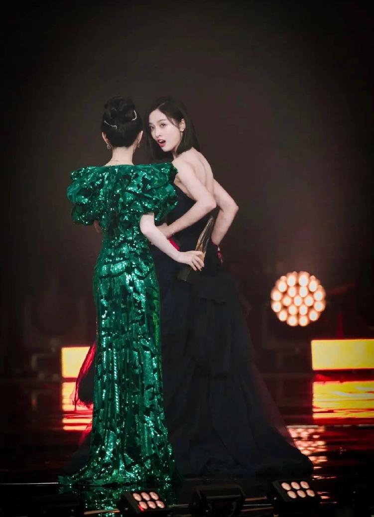 'Đêm Weibo 2020': bị Cúc Tịnh Y làm văng nước lên váy, Ngô Tuyên Nghi tỏ thái độ 'căng đét'