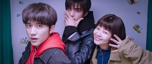 Đàm Tùng Vận ra phim mới, Trương Tân Thành cùng Tống Uy Long ngày ngày nhắn tin cho 'em gái' hóng hớt