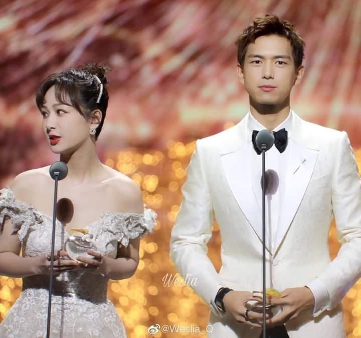 Cặp 'cô dâu chú rể' Dương Tử và Lý Hiện dắt nhau đi nhận giải