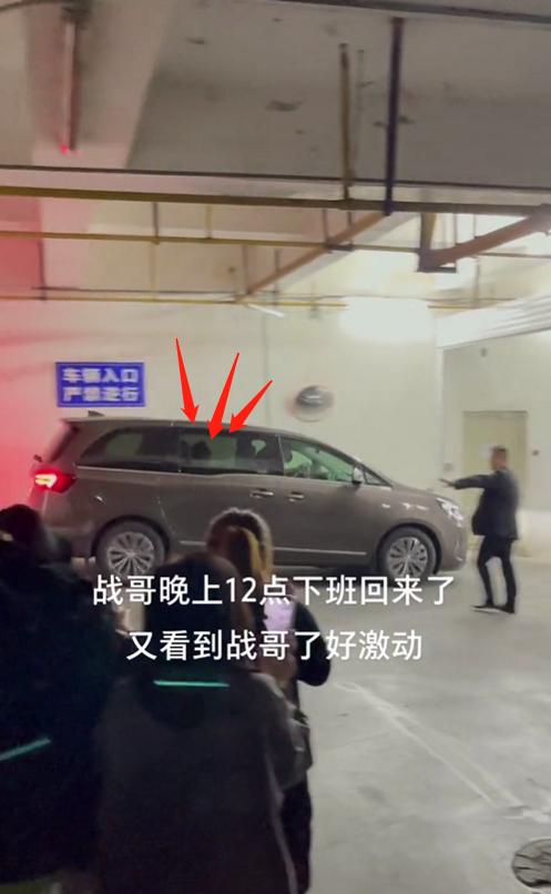 Trở về sau buổi diễn tập 'Như Mộng Chi Mộng', Tiêu Chiến phải khốn khổ vào khách sạn bằng đường tập kết rác