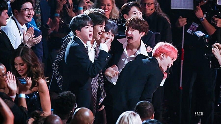 bts chay het minh cung halsey voi boy with luv tai billboards music awards 2019