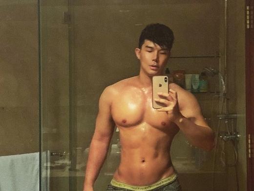 'Chán' livestream, Nathan Lee khoe body 6 múi khiến dân mạng xịt máu