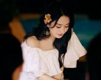 Triệu Lệ Dĩnh 'xúng xính' váy ngắn trễ vai đi du lịch 3 ngày tại Vân Nam, minh chứng sống cho câu nói 'phụ nữ đẹp nhất khi không thuộc về ai'