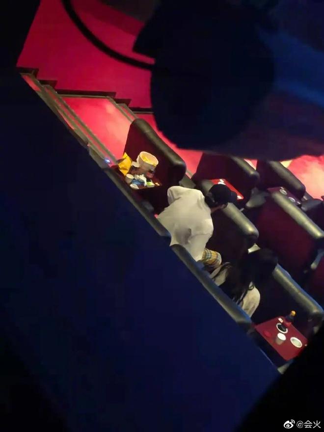 Ngô Diệc Phàm bị bắt gặp tình cảm với gái lạ, bao hẳn rạp phim để lấy không gian hẹn hò