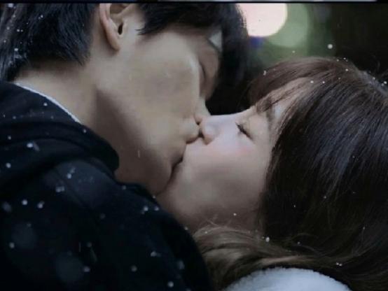 Ngu Thư Hân đá bay 'Vô tình nhặt được tổng tài' bằng nụ hôn với 'tình cũ' Triệu Lộ Tư