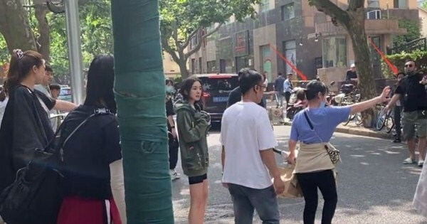 Dương mịch bị chỉ trích vì để 7 trợ lý chặn xe người qua đường, thái độ chảnh chọe