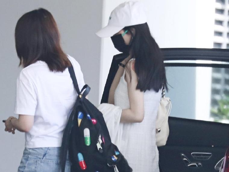 Triệu Lệ Dĩnh diện váy hai dây trắng xuất hiện tại sân bay, lộ vết 'giác hơi' trên bả vai