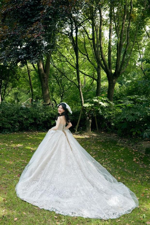 Triệu Lộ Tư và Địch Lệ Nhiệt Ba đọ sắc cùng váy trắng, người sexy hết nấc, người như công chúa cổ tích