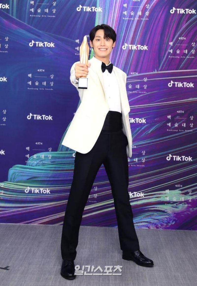 Cuộc đời éo le của Lee Do Hyun - mỹ nam 'đẫm lệ' trong 'Youth of may'