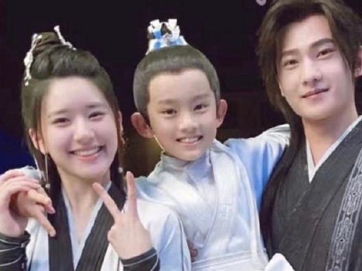Triệu Lộ Tư lộ ảnh 'gia đình' với Dương Dương trong 'Thả Thí Thiên Hạ': Chê vẫn hoàn chê!