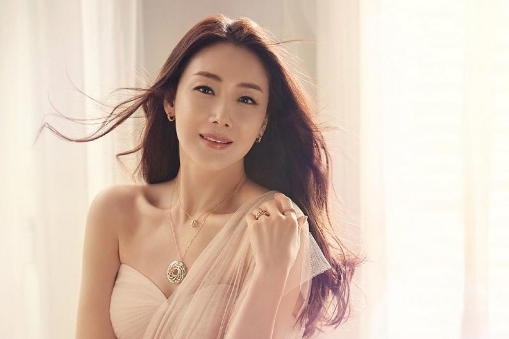 YG Entertainment phủ nhận tin chồng Choi Ji Woo ngoại tình