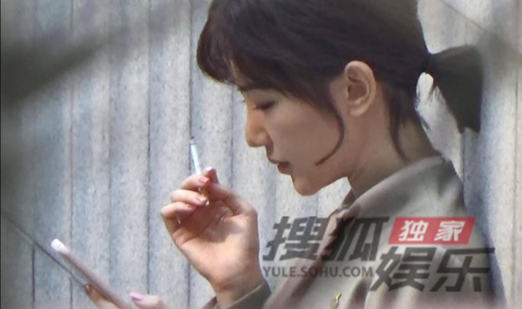 Mao Hiểu Đồng lộ ảnh 'phì phèo' hút thuốc một mình, nét mặt suy tư