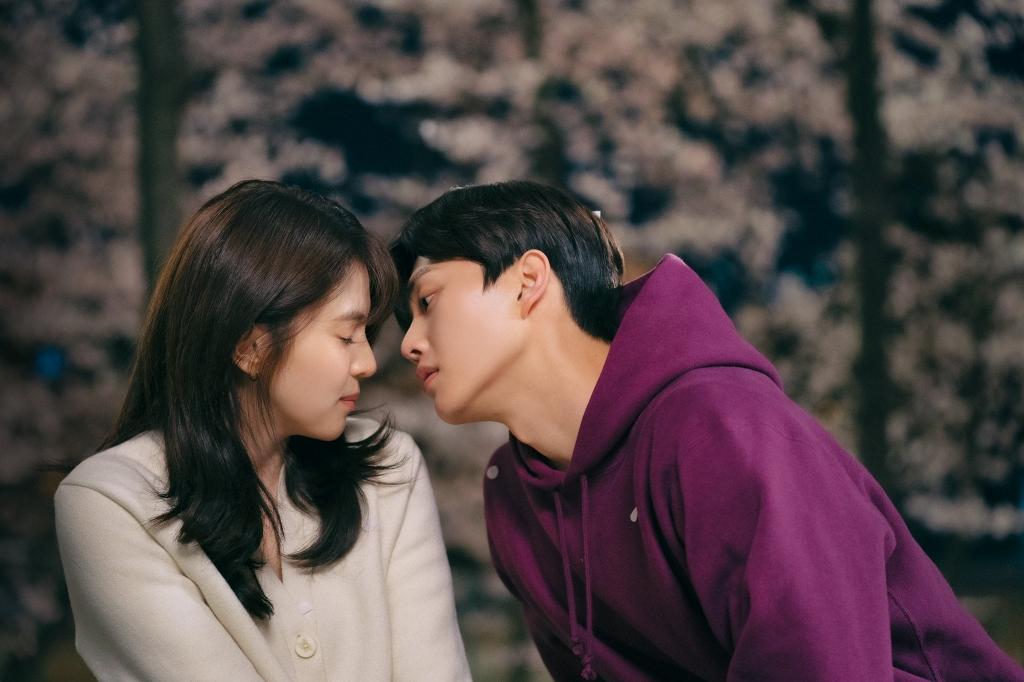 'Nevertheless' gây sốc khi mở màn với cảnh 'nhún nhảy' của Song Kang và Han So Hee