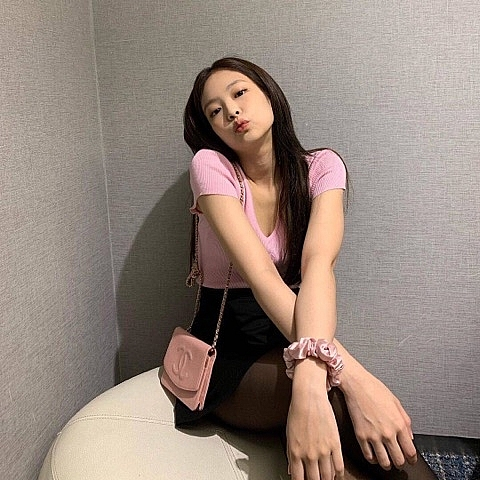jennie blackpink tiep tuc lam nu than instagram voi loat anh kho cuong