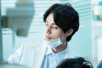 Lee Dong Wook lạ lẫm với kiểu tóc mới trong phim kinh dị 'Hell Is other people'