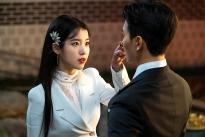 IU 'chơi đẹp' đáng ngưỡng mộ trên phim trường 'Hotel Del Luna'