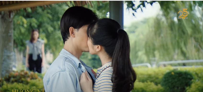 'Hương vị tình thân' phần 2 tập 37: Huy chính thức rơi vào vòng tay 'trà xanh', hôn nhau trước mặt Thy