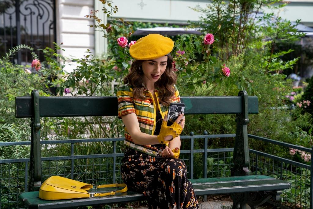 'Emily in Paris' mùa 2 tung hình mới 'sang, xịn, mịn': Emily bỏ anh đầu bếp Gabriel theo trai mới?