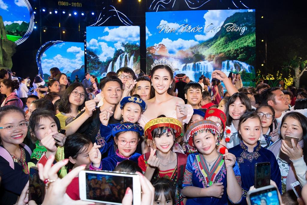 hoa hau luong thuy linh lan dau lam giam khao tai cuoc thi nguoi dep du lich non nuoc cao bang 2019