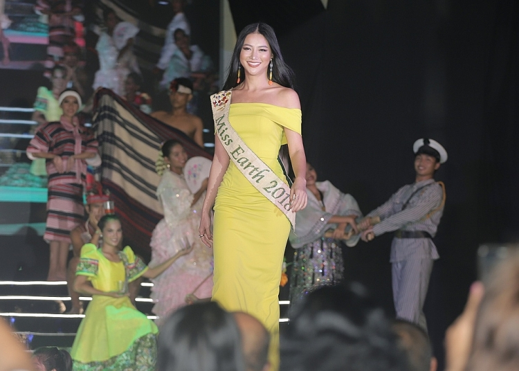 phuong khanh ghi diem tuyet doi voi tieng anh luu loat tai miss earth 2019