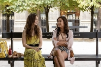 'Emily in Paris': Đằng sau vẻ hào nhoáng là câu chuyện phi thực tế khiến các thiếu nữ 'ảo tưởng'?