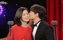 Vợ chồng Ji Sung và Lee Bo Young khiến mọi người ngưỡng mộ tại SBS Drama Awards 2017
