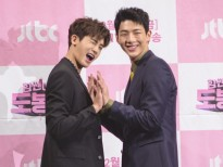 ji soo va park hyung sik to chuc free hugs trong ngay tinh nhan trang