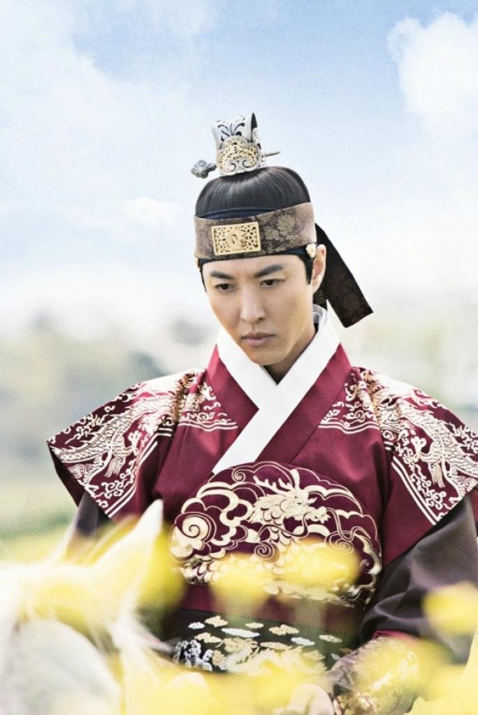 lee dong gun tro thanh bong den giua park min young va yeon woo jin trong seven day queen