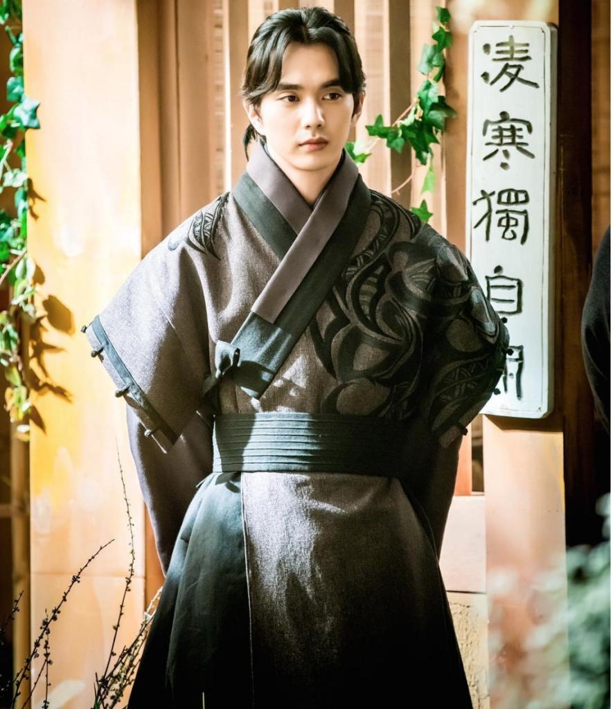 kim so hyun boi roi truoc yoo seung ho trong canh hon cua mat na quan chu