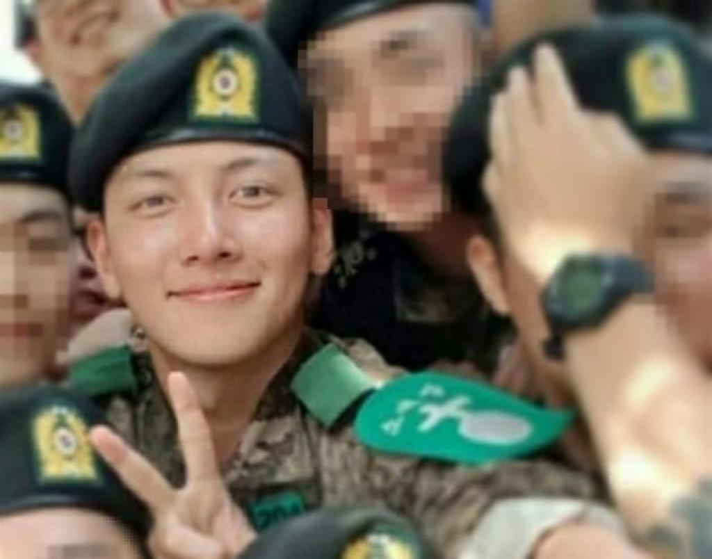 Sau 4 tuần trong quân đội, làn da của Ji Chang Wook có hơi rám nắng, nhưng vẫn không mất đi vẻ đẹp trai