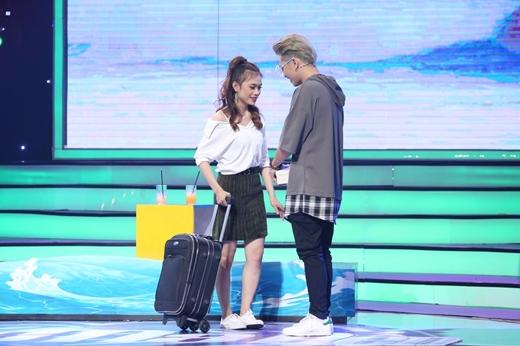 Cô gái giống Hà Hồ, tỏ tình Bảo Kun rồi một mình kéo vali ra về