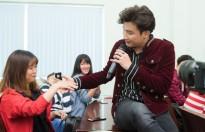 Chí Thiện vừa hát vừa nắm tay khiến sinh viên 'bấn loạn' tại tour tuyển sinh HHVN 2018