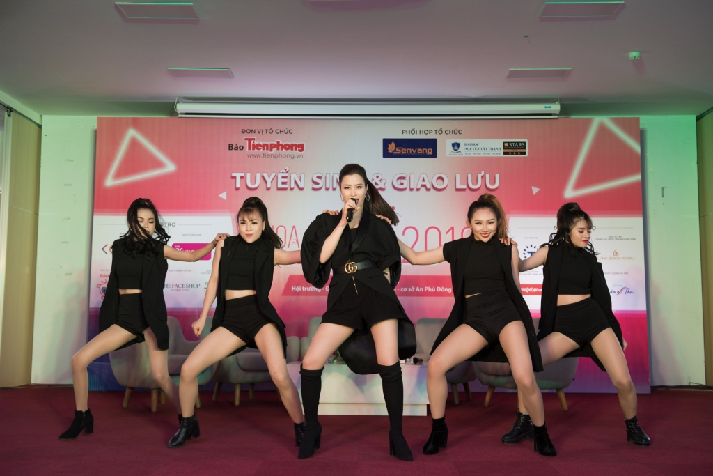 doi phong cach dong nhi va uni5 cuc ngau khi tro lai tour quang ba hoa hau viet nam 2018