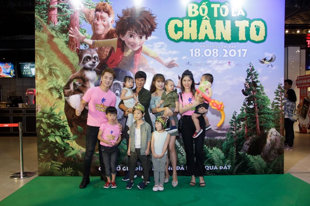 dang khoi ly hai dua vo con di xem phim bo to la chan to