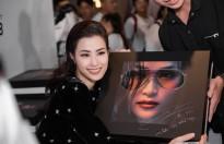 Đông Nhi 'đập hộp' album nặng 6kg, công bố sân khấu liveshow 'khủng' nhất từ trước đến nay