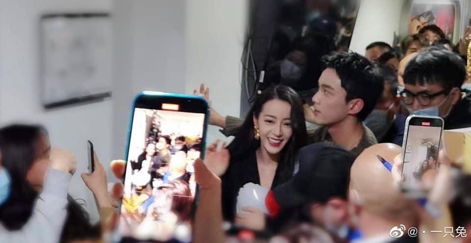 Địch Lệ Nhiệt Ba và Ngô Lỗi thân mật 'phát hờn' trong buổi livestream quảng bá phim mới