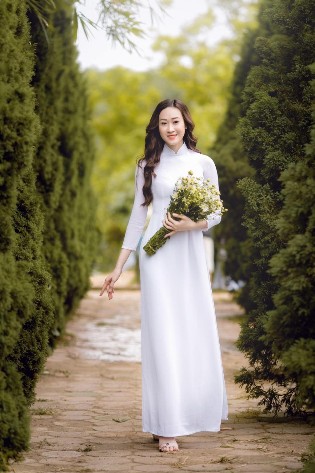 anika trinh trinh tinh khoi voi ao dai trang va cuc hoa mi