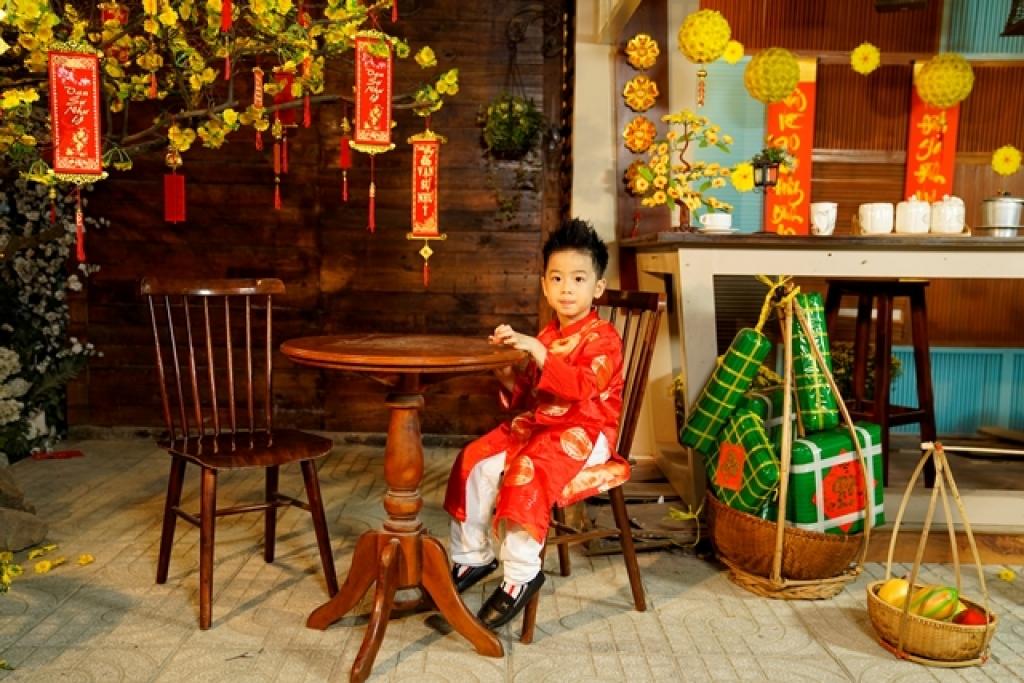 fashionista nhi sushi dang khoi banh bao dien ao dai tet vui xuan