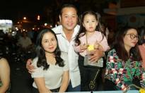 Quyền Lộc cùng vợ con đi làm từ thiện