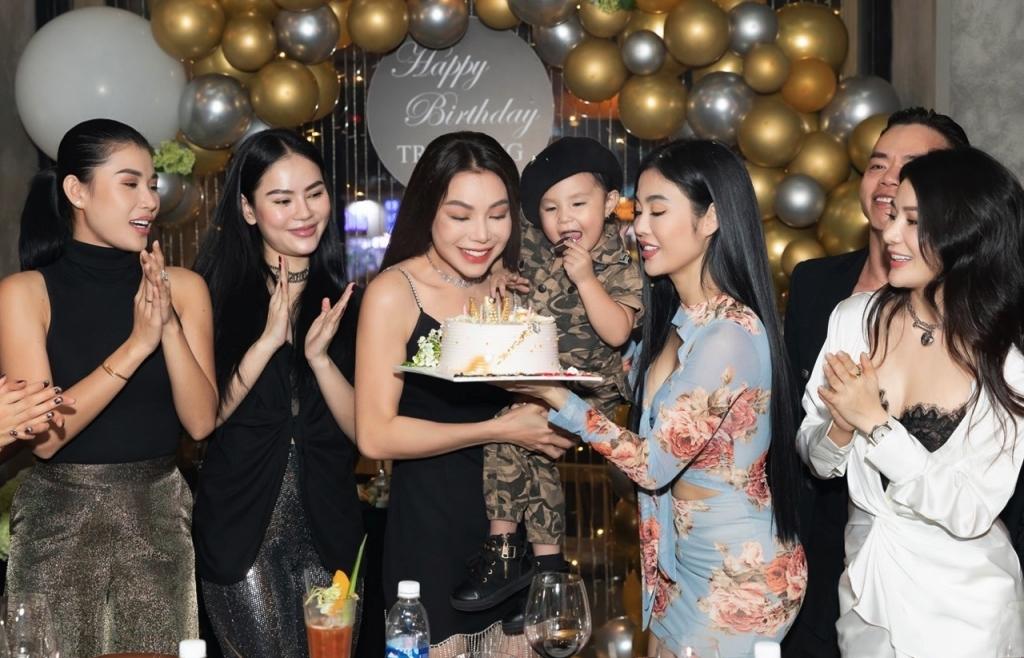 Trà Ngọc Hằng đón sinh nhật trước thềm năm mới cùng con gái và hội bạn thân lâu năm