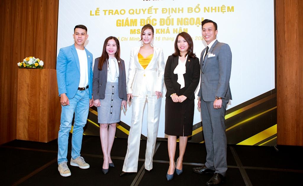 Hoa hậu Di Khả Hân đeo đồng hồ nửa tỉ đi nhận chức giám đốc