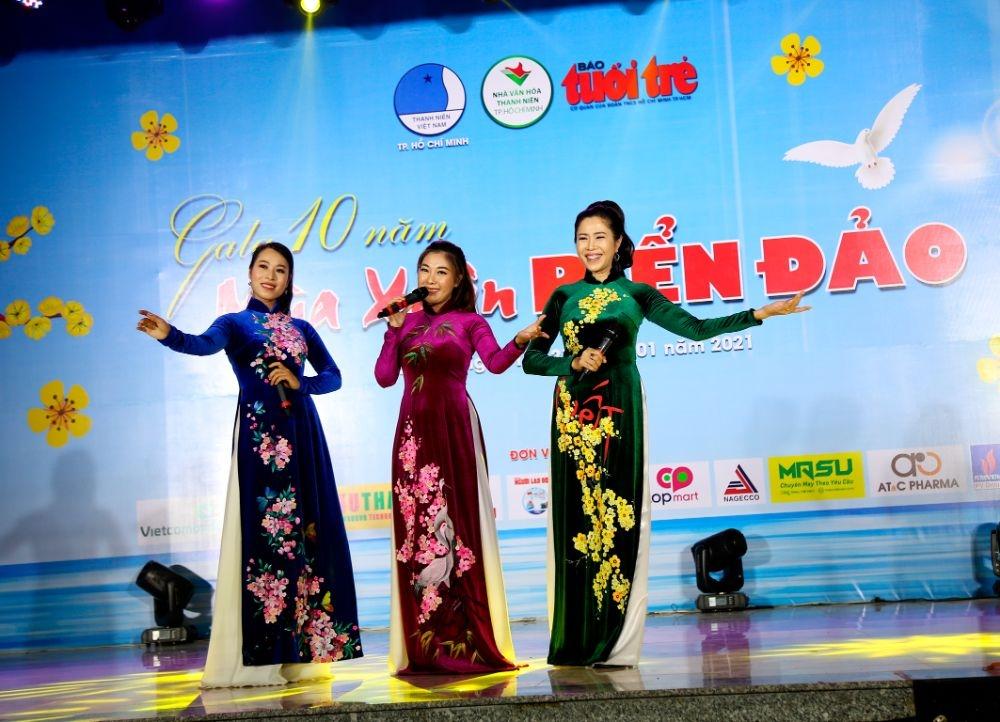 'Mùa xuân biển đảo' của NTK Việt Hùng lộng lẫy trên đất thiêng Côn Đảo